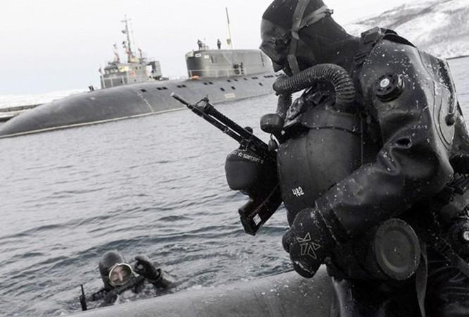 Video đặc công nước của Nga tập luyện bảo vệ căn cứ tàu ngầm ảnh 2