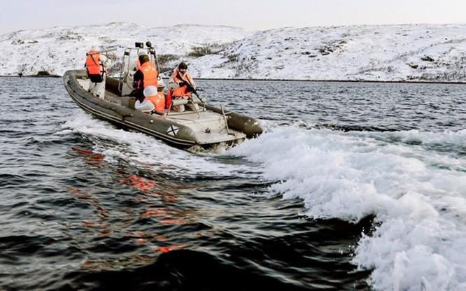 Video đặc công nước của Nga tập luyện bảo vệ căn cứ tàu ngầm ảnh 1
