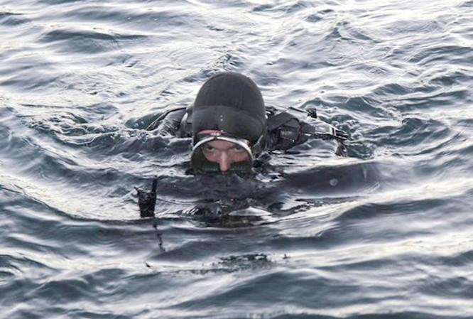 Video đặc công nước của Nga tập luyện bảo vệ căn cứ tàu ngầm ảnh 3