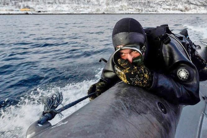 Video đặc công nước của Nga tập luyện bảo vệ căn cứ tàu ngầm ảnh 5
