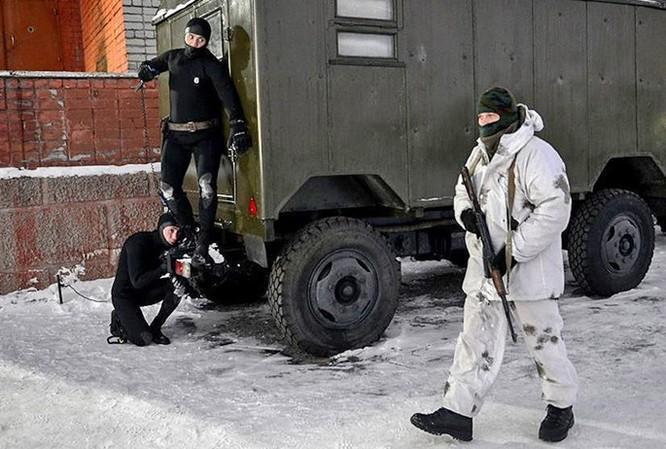 Video đặc công nước của Nga tập luyện bảo vệ căn cứ tàu ngầm ảnh 6