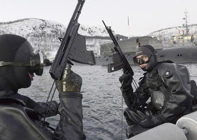 Video đặc công nước của Nga tập luyện bảo vệ căn cứ tàu ngầm ảnh 9