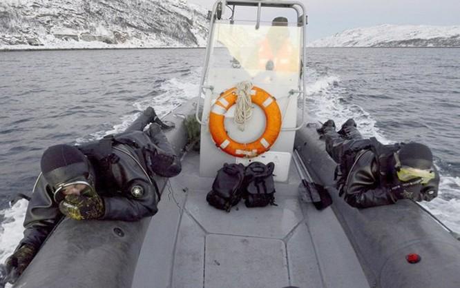 Video đặc công nước của Nga tập luyện bảo vệ căn cứ tàu ngầm ảnh 4
