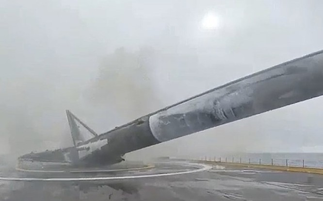 Clip tên lửa đẩy Falcon-9 đáp xuống dàn phóng ở biển thất bại ảnh 4