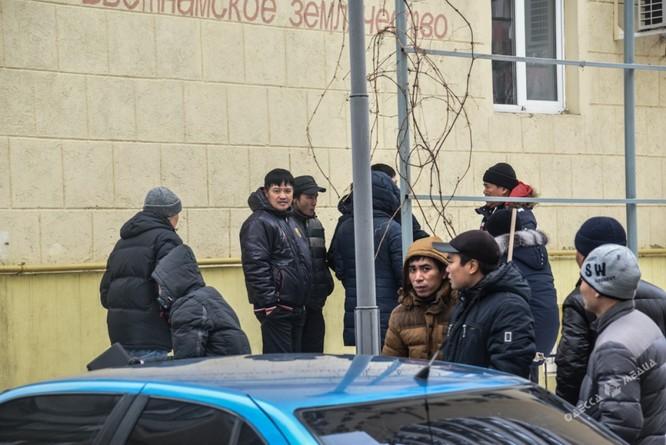 Clip đặc nhiệm Ukraine khám xét Khu Làng Sen của người Việt ở Odessa ảnh 2