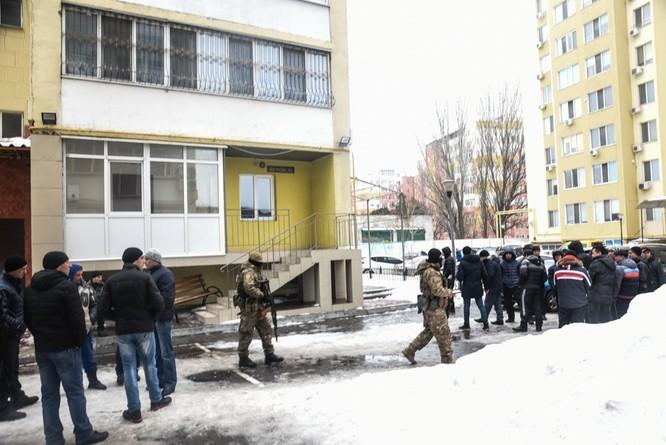 Clip đặc nhiệm Ukraine khám xét Khu Làng Sen của người Việt ở Odessa ảnh 1