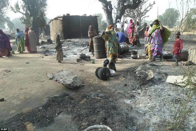 Video: Khủng khiếp tổ chức khủng bố Boko Haram thiêu sống cả trẻ em ảnh 1