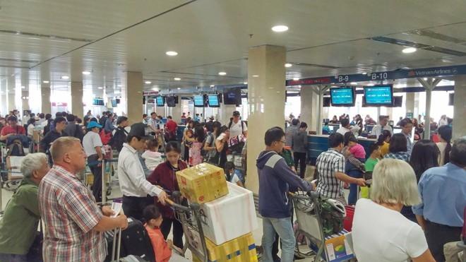 100.000 người về Tết/ngày, nhà ga Tân Sơn Nhất quá tải ảnh 1