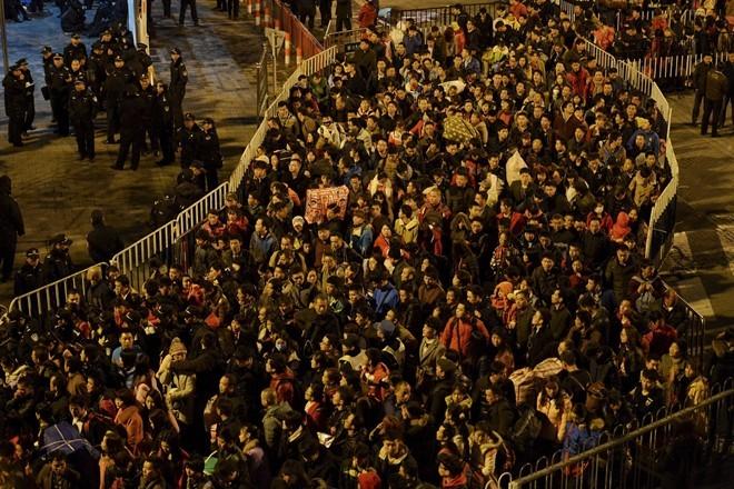 Sốc với clip 100.000 người Trung Quốc chen lấn chờ tàu về quê ăn Tết ảnh 2