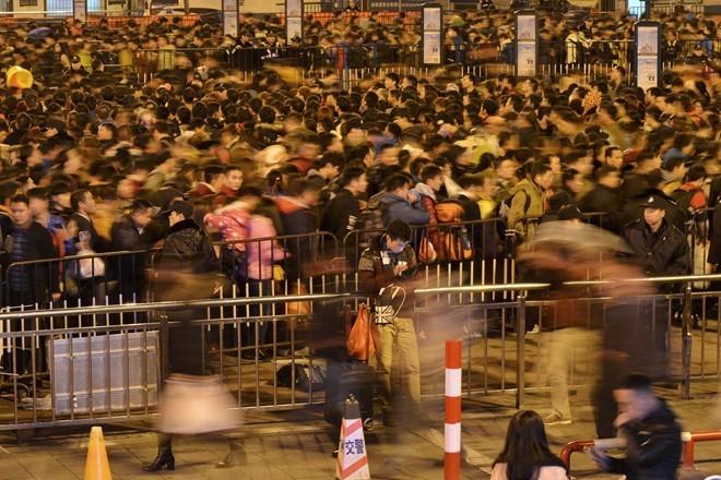 Sốc với clip 100.000 người Trung Quốc chen lấn chờ tàu về quê ăn Tết ảnh 1