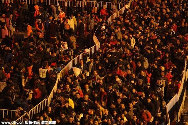 Sốc với clip 100.000 người Trung Quốc chen lấn chờ tàu về quê ăn Tết ảnh 3