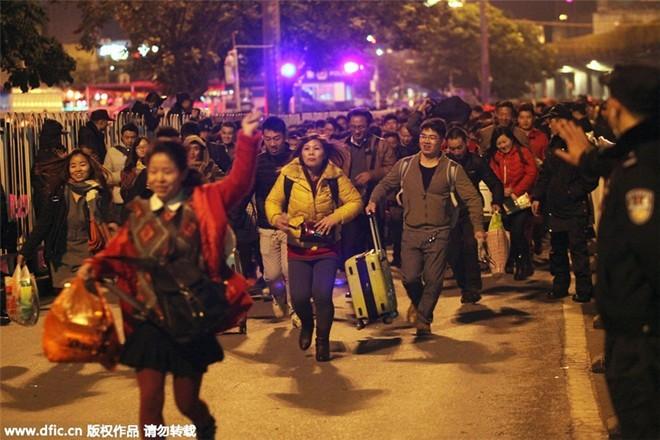 Sốc với clip 100.000 người Trung Quốc chen lấn chờ tàu về quê ăn Tết ảnh 4