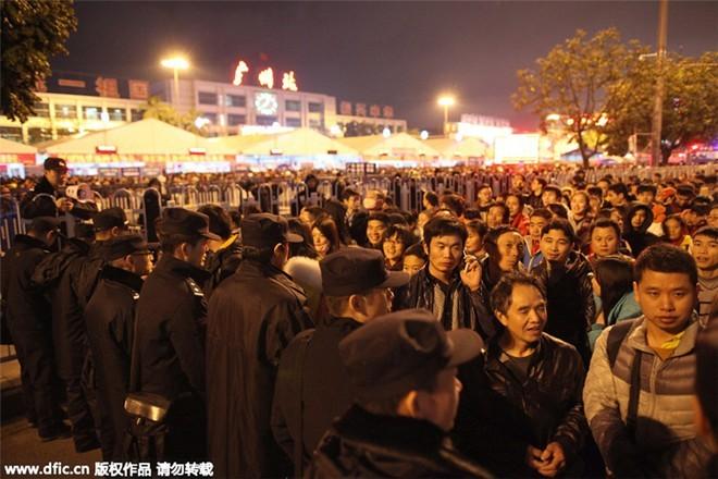 Sốc với clip 100.000 người Trung Quốc chen lấn chờ tàu về quê ăn Tết ảnh 5