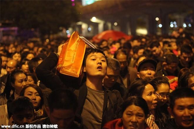 Sốc với clip 100.000 người Trung Quốc chen lấn chờ tàu về quê ăn Tết ảnh 6