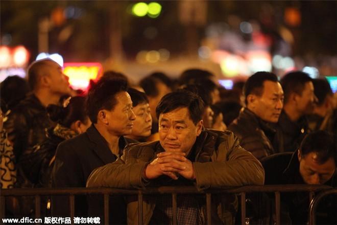 Sốc với clip 100.000 người Trung Quốc chen lấn chờ tàu về quê ăn Tết ảnh 7
