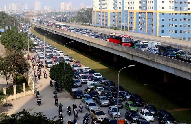 Đến 12h trưa nay, cửa ngõ thủ đô vẫn tắc đường kéo dài hàng cây số ảnh 1