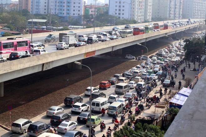 Đến 12h trưa nay, cửa ngõ thủ đô vẫn tắc đường kéo dài hàng cây số ảnh 5