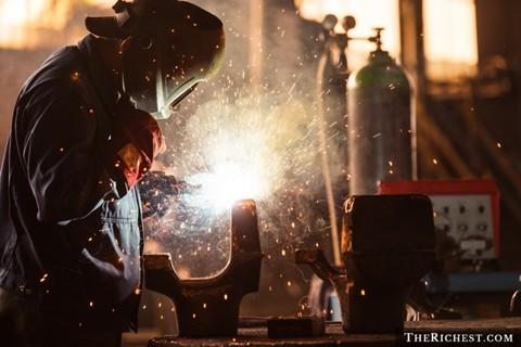 Công nhân gang thép. Thu nhập trung bình năm: 70.000 USD. Nghề nghiệp làm việc với những lò gang thép nóng chảy luôn tiềm ẩn những sự nguy hiểm cho tính mạng của người công nhân. Đó là chưa tính tới những chấn thương nguy hiểm do mang vác và vận hành máy móc