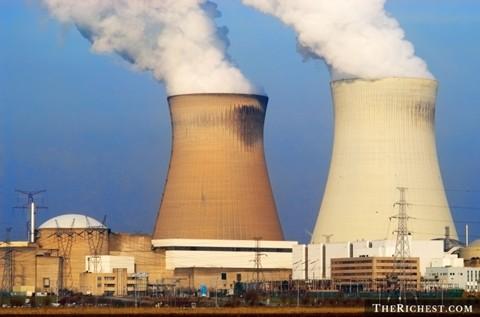 Người làm việc trong nhà máy điện hạt nhân - Lương trung bình năm: 75.650 USD. Điều khiển và thay thế, vận hành các thiết bị trong nhà máy điện hạt nhân luôn đòi hỏi trình độ chuyên môn cao cũng như khả năng làm việc tập trung cao độ.