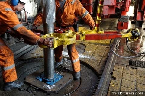 Công nhân khoan giếng dầu- Lương trung bình năm: 101.000 USD. Có thể nói, dầu mỏ là nguồn tài nguyên quý giá của thế giới. Người ta chi hàng tấn tiền để phục vụ cho công tác khai khoáng. Người làm nghề khoan giếng dầu thường phải lênh đênh trên biển nhiều ngày hoặc phải sống trong sa mạc khô cằn