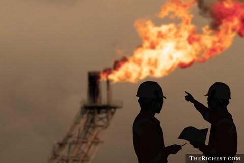 Kỹ sư dầu mỏ - Lương trung bình năm: 130.000 USD. Giống như công nhân khoan giếng dầu, đặc thù công việc khiến các kỹ sư dầu mỏ phải trực tiếp xuống các giếng dầu và chịu rủi ro giống như các công nhân về cháy nổ, về điều kiện làm việc, điều kiện sống ...