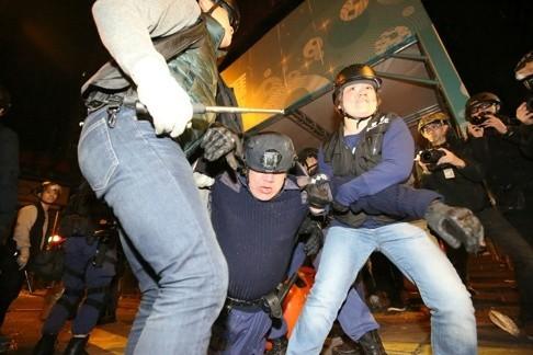 Cảnh sát và người biểu tình hỗn chiến tại Hồng Kông ảnh 3