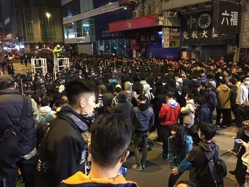 Cảnh sát và người biểu tình hỗn chiến tại Hồng Kông ảnh 8