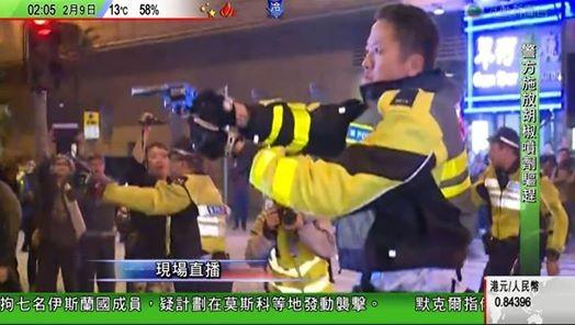 Cảnh sát và người biểu tình hỗn chiến tại Hồng Kông ảnh 4