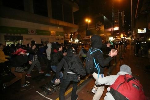 Cảnh sát và người biểu tình hỗn chiến tại Hồng Kông ảnh 6