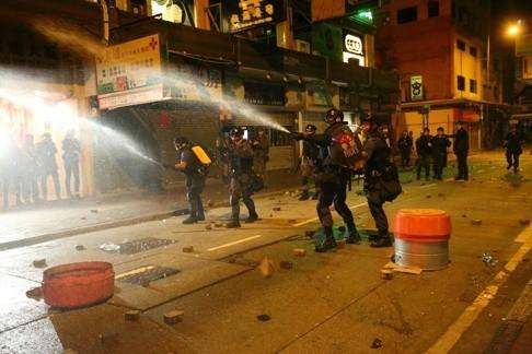 Cảnh sát và người biểu tình hỗn chiến tại Hồng Kông ảnh 5
