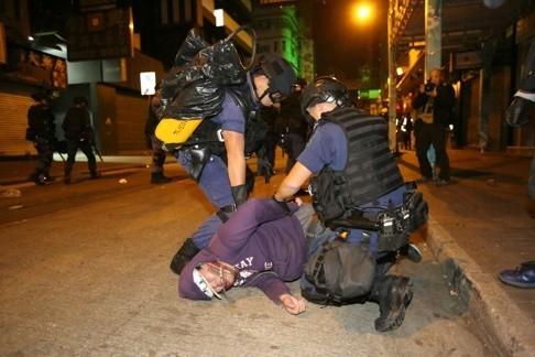 Cảnh sát và người biểu tình hỗn chiến tại Hồng Kông ảnh 7