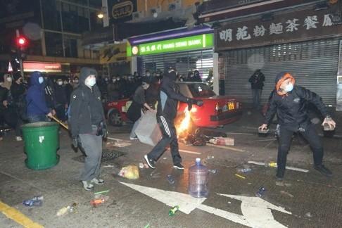 Cảnh sát và người biểu tình hỗn chiến tại Hồng Kông ảnh 2