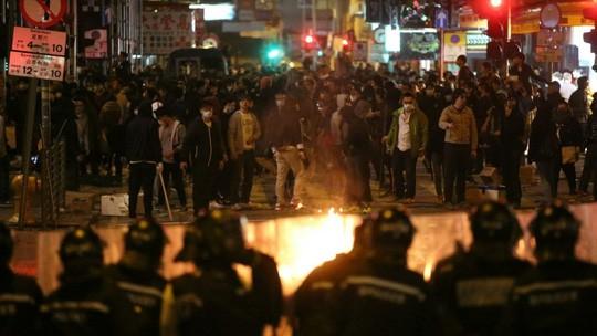 Cảnh sát và người biểu tình hỗn chiến tại Hồng Kông ảnh 1