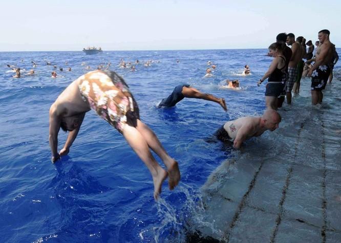 Thú vui bơi lội của thủy thủ Mỹ làm nhiệm vụ giữa đại dương ảnh 10