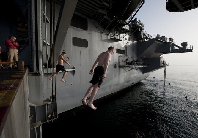 Thú vui bơi lội của thủy thủ Mỹ làm nhiệm vụ giữa đại dương ảnh 3