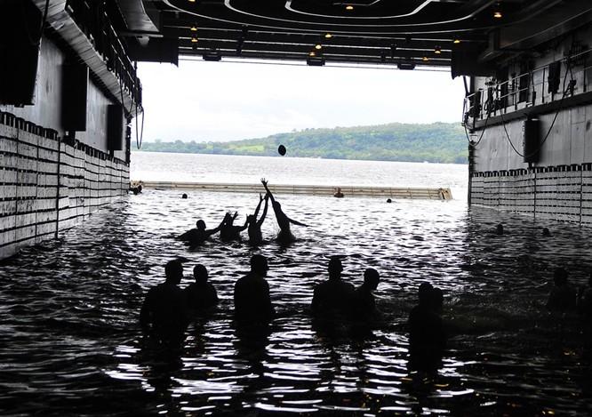 Thú vui bơi lội của thủy thủ Mỹ làm nhiệm vụ giữa đại dương ảnh 5