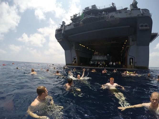 Thú vui bơi lội của thủy thủ Mỹ làm nhiệm vụ giữa đại dương ảnh 6