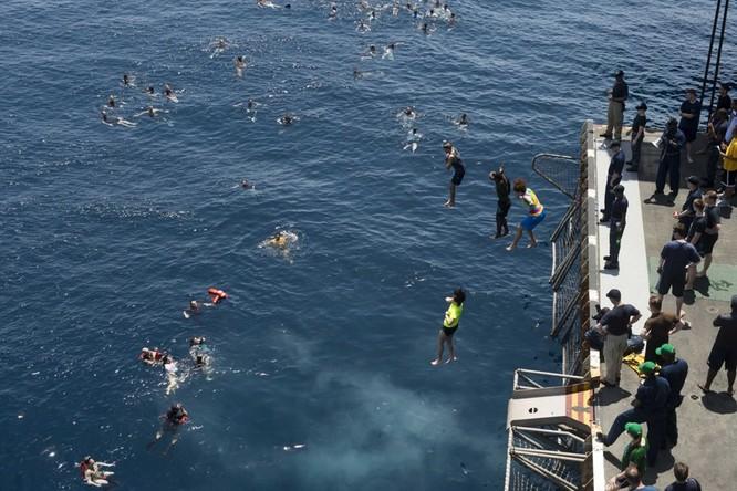 Thú vui bơi lội của thủy thủ Mỹ làm nhiệm vụ giữa đại dương ảnh 8