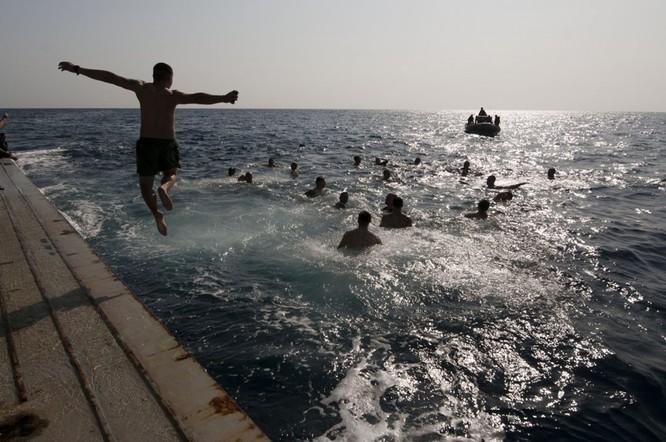 Thú vui bơi lội của thủy thủ Mỹ làm nhiệm vụ giữa đại dương ảnh 9