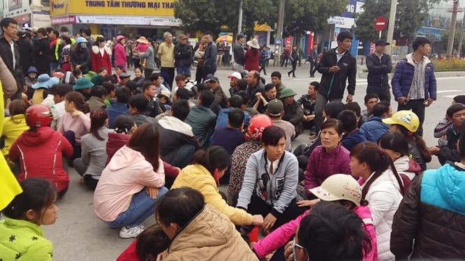 """Video Ngày thứ bảy dân vây trụ sở UBND tỉnh Thanh Hoá đòi """"trả lại biển"""" ảnh 1"""