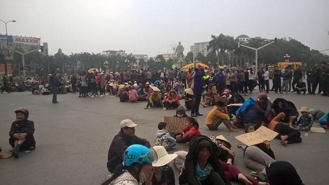 """Video Ngày thứ bảy dân vây trụ sở UBND tỉnh Thanh Hoá đòi """"trả lại biển"""" ảnh 2"""