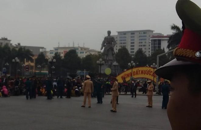 """Video Ngày thứ bảy dân vây trụ sở UBND tỉnh Thanh Hoá đòi """"trả lại biển"""" ảnh 4"""