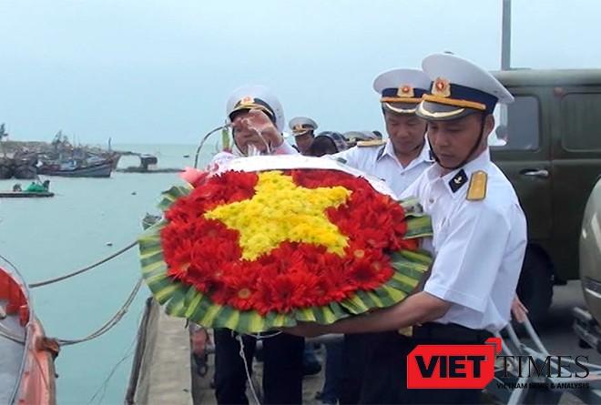 Vòng hoa tưởng niệm các liệt sĩ hu sinh trong trận hải chiến bảo vệ đảo Gạc Ma và Cô Lin 14-3-1988