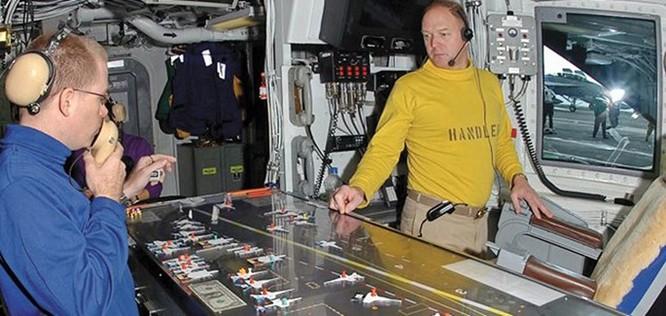Video Chiếc bàn cầu cơ trên tàu sân bay Mỹ ảnh 1