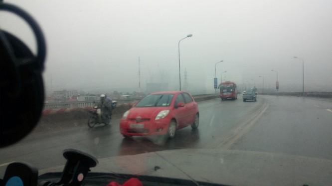 Clip Thách thức tử thần, xe đạp đối đầu ô tô trên cao tốc Nội Bài - Lào Cai ảnh 1