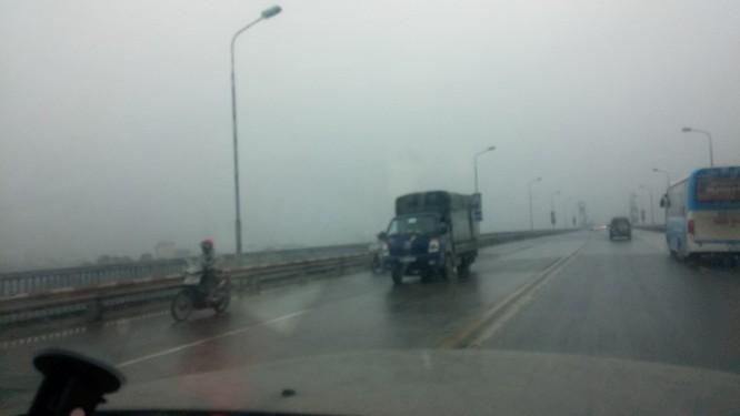 Clip Thách thức tử thần, xe đạp đối đầu ô tô trên cao tốc Nội Bài - Lào Cai ảnh 2