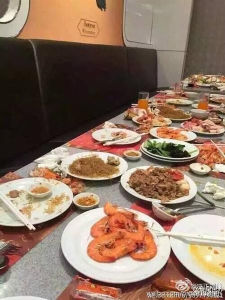 """Du khách Trung Quốc """"ăn tục"""", dùng đĩa xúc tôm ảnh 2"""