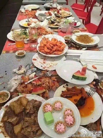 """Du khách Trung Quốc """"ăn tục"""", dùng đĩa xúc tôm ảnh 1"""