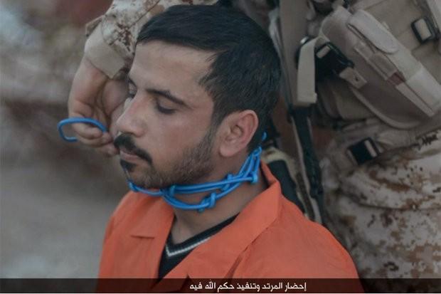 IS hành quyết tù nhân bằng kích hoạt thuốc nổ buộc quanh cổ ảnh 1