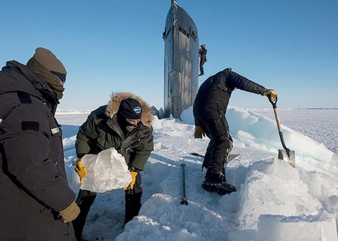 Video tàu ngầm hạt nhân Mỹ phá băng Bắc Cực trồi lên ảnh 2